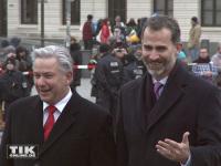 König Felipe von Spanien mit dem ehemaligen Regierenden Bürgermeister von Berlin, Klaus Wowereit, am Brandenburger Tor