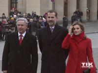 König Felipe, Königin Letizia und der ehemalige Regierende Bürgermeister von Berlin, Klaus Wowereit, am Brandenburger Tor