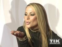 Handküsschen von Popstar Anastacia beim Rosenball 2014
