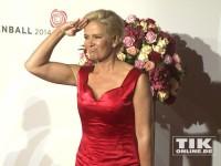 Claudia Effenberg salutiert beim Rosenball 2014