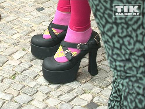 nina hagen trug hohe schuhe zu pinkfarbenen socken und leggings. Black Bedroom Furniture Sets. Home Design Ideas