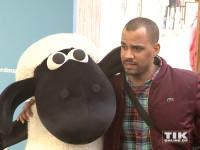"""Patrice Bouedibela posierte mit Schaf Shaun bei der Premiere von """"Shaun das Schaf - Der Flim"""""""