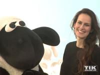 Schauspielerin Saralisa Volm mit Shaun dem Schaf