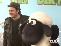 Boss Hoss Sänger Sascha Vollmer posiert mit Schaf Shaun