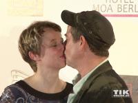 Michael Hirte gibt seiner Frau Jenny ein Küsschen