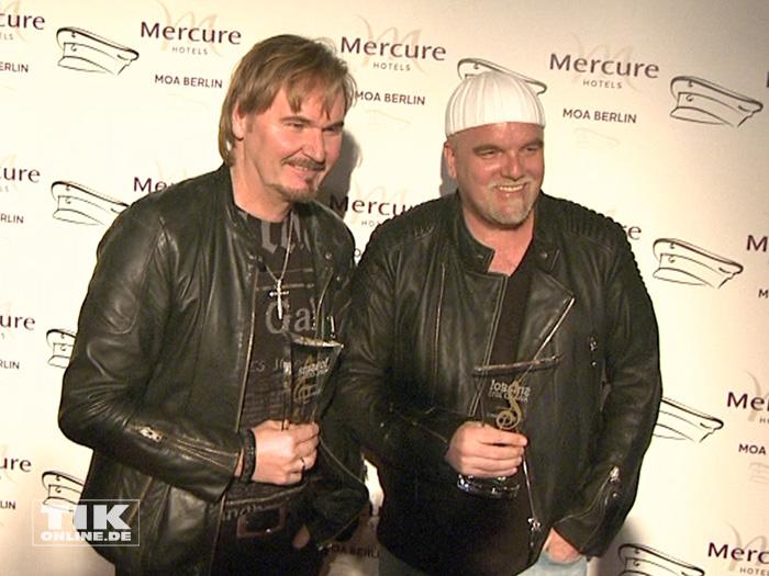 DJ Ötzi und Nik P. posieren mit ihren Smago Awards 2015