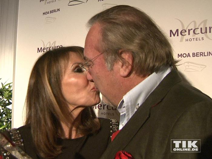 Ireen Sheer gibt ihrem Ehemann und Manager Klaus-Jürgen Kahl bei den Smago Awards in Berlin einen Kuss
