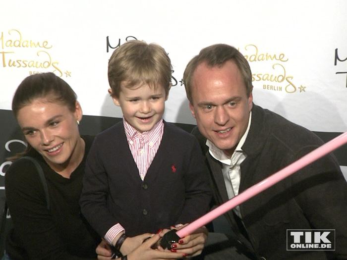 """Alexander Posth mit Frau Angelina und seinem Sohn bei der """"Star Wars""""-Ausstellung bei Madame Tussauds in Berlin"""