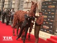 """Frank Matthée mit dem """"Gefährten""""-Pferd auf dem Premieren-Teppich in Berlin"""