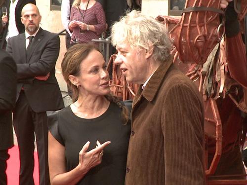 """Sir Bob Geldof im Gespräch mit Sonja Kirchberger bei der """"Gefährten""""-Premiere in Berlin"""