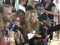 Sylvie van der Vaart mit Fans auf der IFA 2013