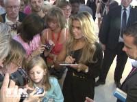 Sylvie van der Vaart schreibt auf der IFA 2013 Autogramme für die Fans
