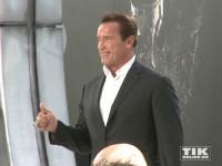 """Daumen hoch: Arnold Schwarzenegger bei der Premiere von """"Terminator Genisys"""" in Berlin"""