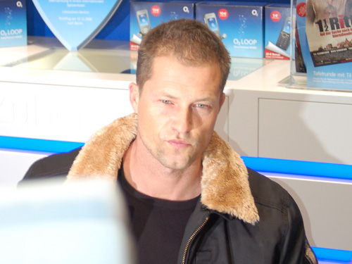 til schweiger schreibt autogramme im o2 flagshipstore. Black Bedroom Furniture Sets. Home Design Ideas