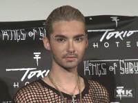 Bill Kaulitz von Tokio Hotel in Netzhemd und jeder Menge Piercings im Gesicht