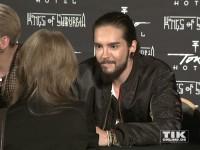 Tom Kaulitz im Gespräch mit einem weiblichen Fan