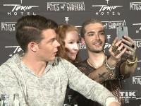Bill Kaulitz und Georg Listing machen Selfies mit Fans