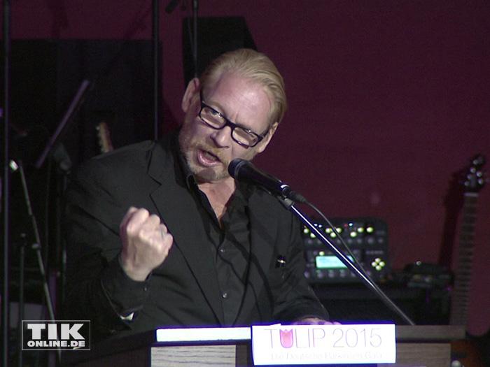 Ben Becker trägt voller Inbrunst ein Gedicht vor bei der TULIP Parkinson Gala 2015 in Berlin