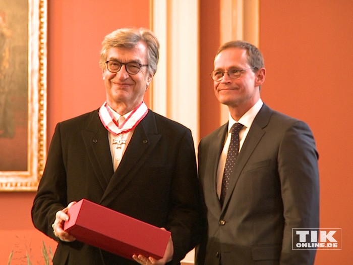 Regisseur Wim Wenders posiert neben Berlins Regierendem Bürgermeister Michael Müller mit seinem Berliner Landesorden