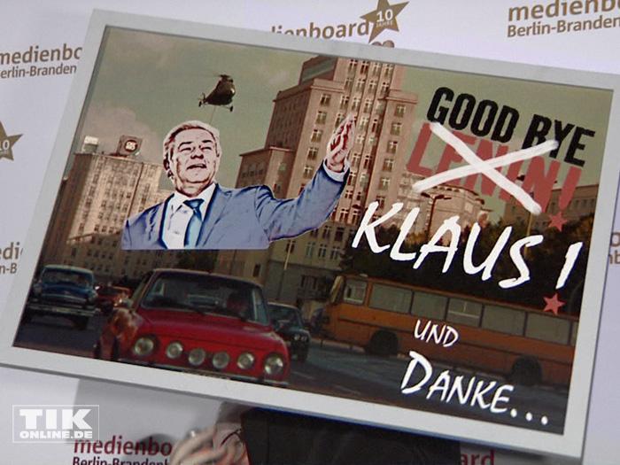 Abschiedsgeschenk für Klaus Wowereit auf der Weihnachtsfeier 2014 des Medienboard Berlin-Brandenburg