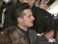 """Josh Hutcherson schreibt bei der """"Die Tribute von Panem - Mockingjay 2""""-Premiere in Berlin jede Menge Autogramme"""