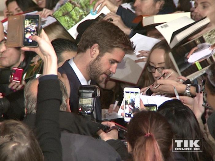 """Liam Hemsworth umringt von Fans bei der """"Die Tribute von Panem - Mockingjay 2""""-Premiere in Berlin"""